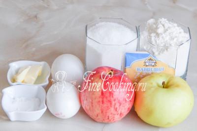Шаг 1. В этот несложный рецепт выпечки в мультиварке входят следующие ингредиенты: мука пшеничная, яйца куриные, сахарный песок, яблоки, ванилин или ванильный сахар (1 столовая ложка), разрыхлитель и масло сливочное для смазывания чаши
