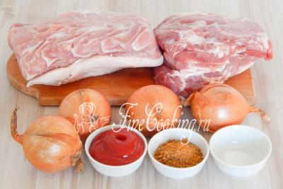 Для приготовления вкусного, сочного и ароматного шашлыка нам понадобятся следующие ингредиенты: мякоть свинины (у меня шея и корейка с небольшим количеством жира), репчатый лук, кетчуп, приправа для шашлыка и немного соли (если приправа содержит ее малое количество или вы любите соленое)