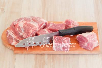 Свинину нарезаем порционными (желательно одинакового размера) кусками таким образом, чтобы каждый хорошо нанизывался на шампур