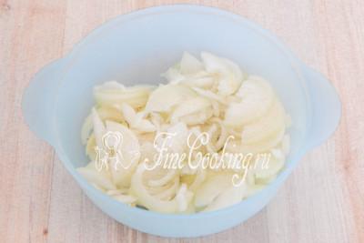 Перекладываем измельченный лук в другую посуду, добавляем соль