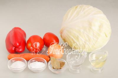 Для приготовления этой овощной заготовки на зиму нам понадобятся следующие ингредиенты: белокочанная капуста, помидоры, сладкий перец, репчатый лук, морковь, сахарный песок, рафинированное (то есть без запаха) подсолнечное масло, соль, лавровый лист и душистый перец горошек