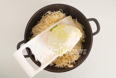 Последовательность измельчения овощей совершенно не важна, но первой советую нашинковать капусту (1 килограмм), чтобы она осела (будет занимать меньше места в кастрюле - у меня емкостью 4 литра) и дала сок