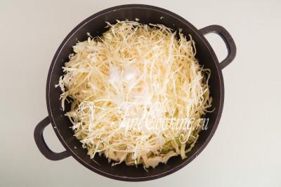 Добавляем к капусте 1,5 столовые ложки соли и 1 столовую ложку сахара