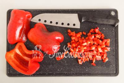 300 граммов сладкого перца нарезаем мелким кубиком или просто некрупными ломтиками