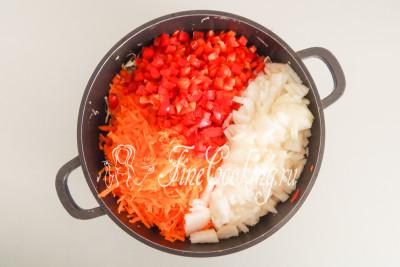 По ходу измельчения овощей сразу перекладываем их в кастрюлю с капустой