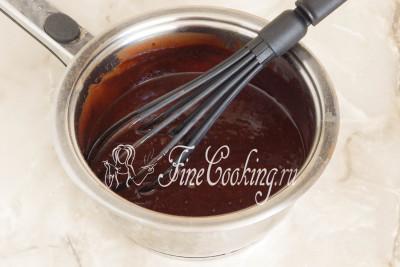 Перемешиваем смесь, чтобы все масло полностью растворилось - шоколадная глазурь для сладкой колбасы готова