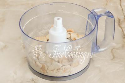 Для этого вы можете просто поломать печенье руками, использовать скалку или измельчить его в кухонном комбайне