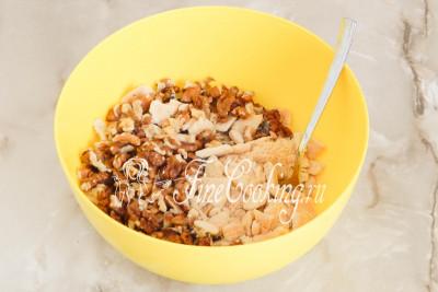 В подходящей миске соединяем измельченное печенье и очищенные орехи, которые тоже нужно или поломать крупными кусками, или порубить ножом