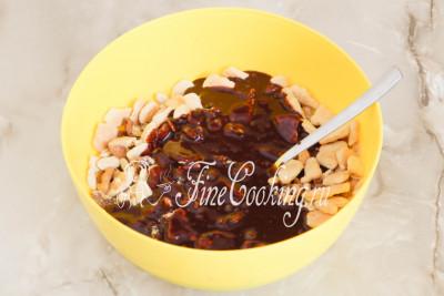 Наливаем к орехам с печеньем уже успевшую остыть шоколадную глазурь и все тщательно перемешиваем