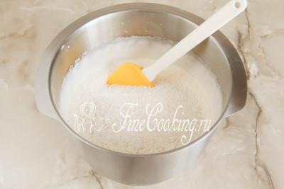 Теперь насыпаем 190 граммов кокосовой стружки и лопаткой (ложкой) аккуратно вмешиваем ее в воздушную массу аналогично тому, как перемешивается бисквитное тесто