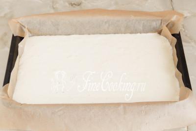 Берем прямоугольную форму для запекания (идеально 20х30 сантиметров), застилаем пергаментной бумагой и выкладываем в нее кокосовое тесто