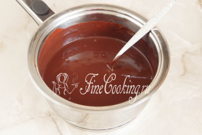 Теперь очень активно начинаем мешать шоколад со сливками