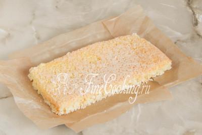 Теперь кладем один прямоугольник кокосового коржа на блюдо или тарелку, на которой вы будете подавать торт