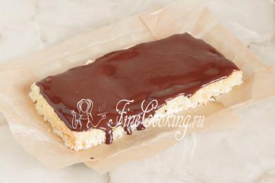 Смазываем корж частью шоколадного ганаша, который нужно примерно поделить так, чтобы хватило еще на 1 слой и покрытие
