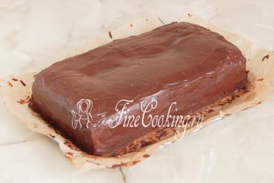 Кладем поверх второй корж, прослаиваем его шоколадным ганашем и укладываем третий корж