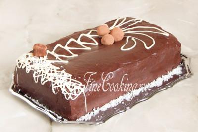 А теперь смотрите, для чего нужна была подложка из бумаги - ее просто вытаскиваем из-под торта и наш красивый поднос чистый и его не нужно вытирать от шоколада