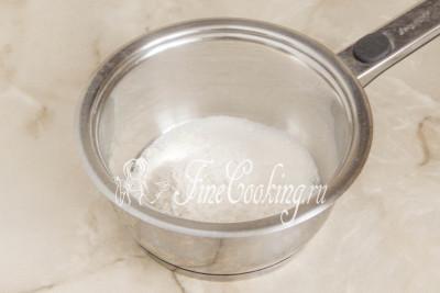 В небольшую кастрюльку или сотейник насыпаем сахарный песок (100 граммов) и просеянную пшеничную муку высшего сорта (50 граммов)