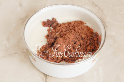 Во вторую часть пудинга добавляем 30 граммов несладкого какао-порошка и 100 миллилитров молока