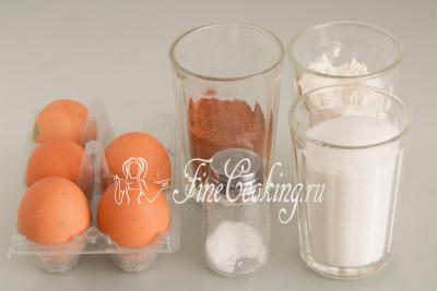 Для приготовления польского шоколадного бисквита нам понадобятся следующие ингредиенты: пшеничная мука высшего сорта, куриные яйца среднего размера (около 50 граммов каждое), сахар-песок, качественный несладкий какао-порошок и немного соли