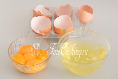 Моем и тщательно обсушиваем куриные яйца (5 штук)