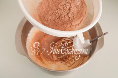 Следующий шаг при приготовлении польского шоколадного бисквита - добавление сухой смеси