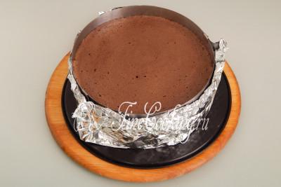 Ставим форму с шоколадным тестом в заранее прогретую духовку на средний уровень и готовим при 180 градусах около 40-45 минут до сухой лучины
