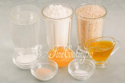 Для приготовления турецких бубликов нам понадобятся следующие ингредиенты: мука пшеничная высшего сорта, вода, семена кунжута, оливковое масло, натуральный мед, сахарный песок, соль и дрожжи