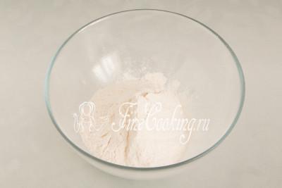 В подходящую посуду просеиваем 150 граммов пшеничной муки