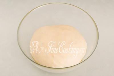 За полчаса дрожжевое тесто для бубликов хорошо подойдет, заметно округлится и увеличится в объеме раза в два точно