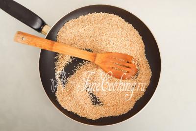 Пока бродит дрожжевое тесто, нужно поджарить семена белого кунжута (100 граммов)