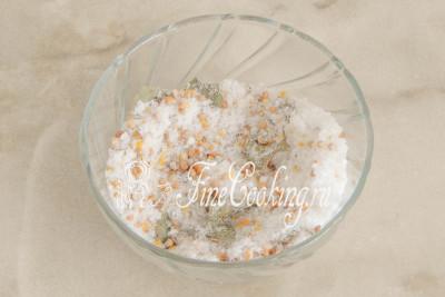 Перемешиваем все - ароматная смесь для засолки скумбрии готова