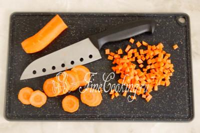 Одну крупную морковь чистим, моем и нарезаем мелким кубиком