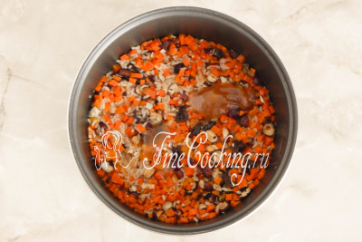 Когда рисовая каша будет готова, выключаем мультиварку, вынимаем палочку корицы, добавляем натуральный мед
