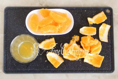 Лучше всего разделывать апельсин над глубокой миской или стаканом, чтобы в нее собирался апельсиновый сок - его мы потом будем использовать как заливку для салата