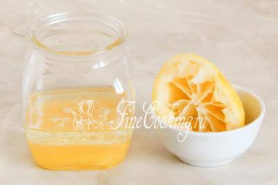 Переливаем апельсиновый сок в баночку, выжимаем туда же сок лимона, добавляем натуральный мед (засахаренный растопите до текучего состояния) и рафинированное растительное масло (я использую подсолнечное)