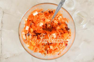 Поливаем салат ароматной заправкой, перемешиваем