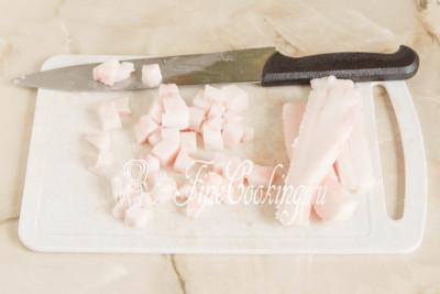 Предварительно его нужно промыть под холодной проточной водой и хорошенько обсушить бумажными полотенцами или салфетками