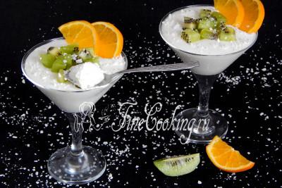 Остается украсить готовое сметанное желе фруктами - очищенным и нарезанным средним кубиком киви, а также дольками свежего апельсина