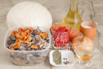В рецепт грибной солянки на зиму входят следующие ингредиенты: белокочанная капуста, вареные лесные грибы, морковь, репчатый лук, рафинированное растительное (я использую подсолнечное) масло, томатная паста, соль, душистый перец горошек, лавровый лист, яблочный уксус