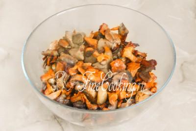 Перекладываем жареные грибы в отдельную миску