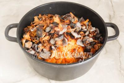 Туда же кладем обжаренные лесные грибы
