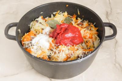 Добавляем томатную пасту, лавровый лист (обязательно помойте его), горошек душистого перца и соль