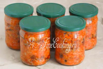 Вот столько готовой овощной солянки с грибами на зиму получается из указанного количества продуктов - ровно 5 баночек по 500 миллилитров каждая