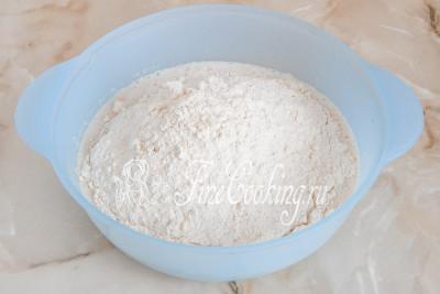 Затем частями насыпаем просеянную пшеничную муку и соль