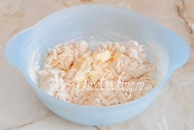 Замешиваем тесто, постепенно добавляя мягкое сливочное масло