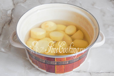 Вначале нужно почистить, помыть и отварить картофель