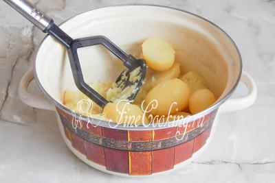 Сливаем весь отвар и разминаем отварную картошку в пюре