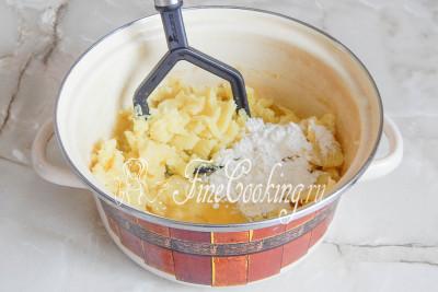Солим по вкусу и добавляем пару столовых ложек пшеничной муки и одно куриное яйцо