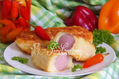Подаем сосиски в картофельной шубке горячими со свежими овощами и зеленью