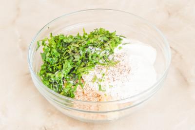 Перекладываем сметану, орехи, зелень и чеснок в миску